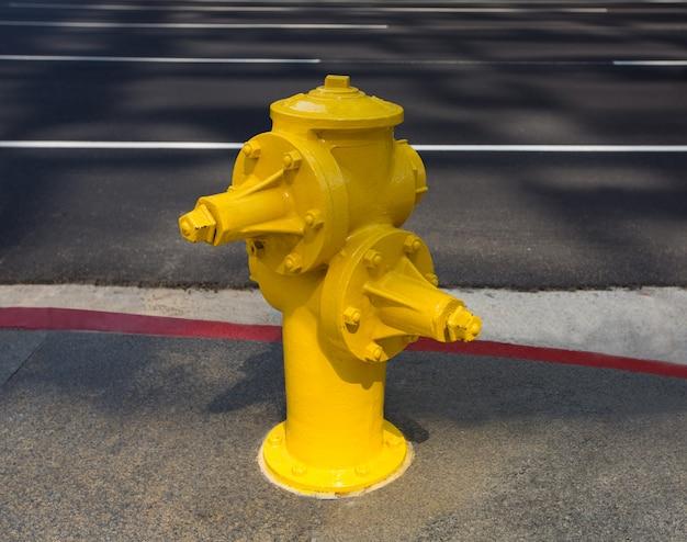 Hidrante amarillo en el centro de los angeles