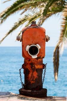 Hidrante rojo viejo con cadena