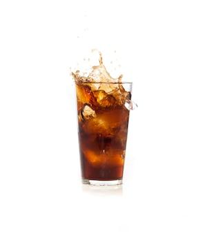 Hielo cayendo en una bebida marrón