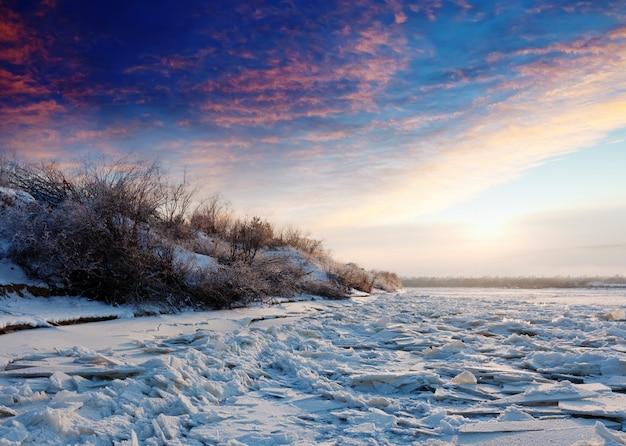 Hielo en el río