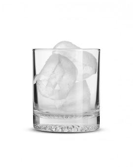 Hielo en vaso de vidrio sobre fondo blanco aislado