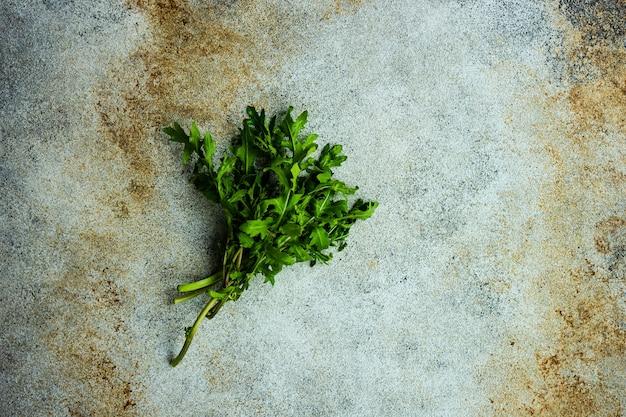 Hierba de rúcula fresca y cruda