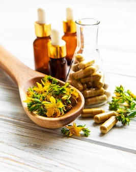 Hierba de san juan y píldoras medicinales a base de hierbas