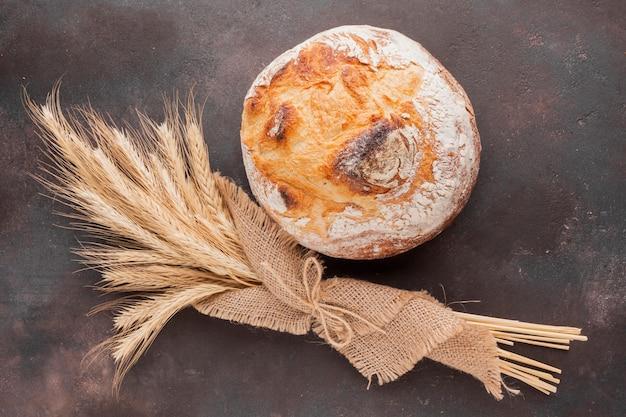 Hierba de trigo en tela de yute y pan