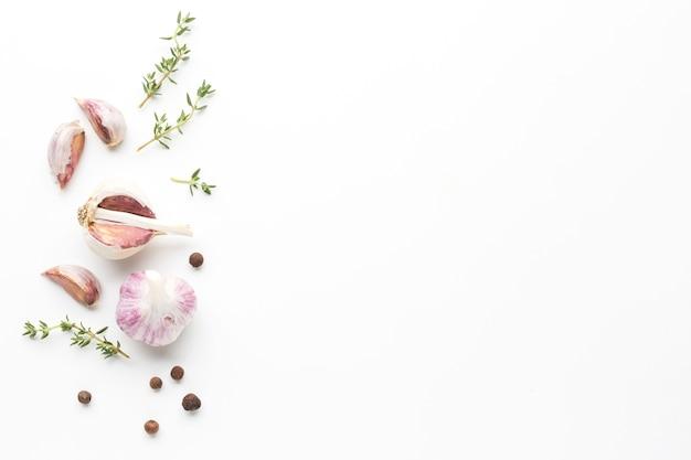 Hierbas y ajo en la mesa con espacio de copia