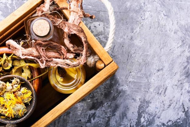 Hierbas curativas y raíces en caja