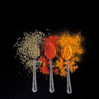 Hierbas y especias en cucharas