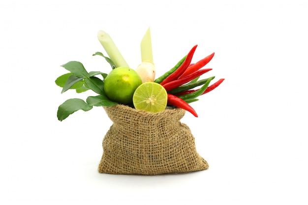 Hierbas y especias frescas en un saco en blanco, ingredientes de la comida picante tailandesa tom yum
