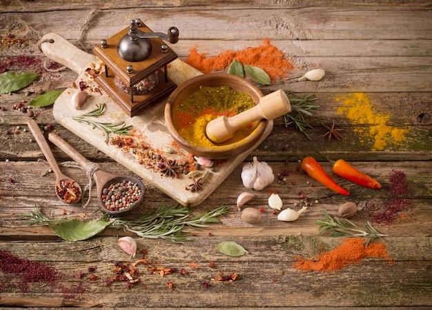 Hierbas y especias en una mesa de madera