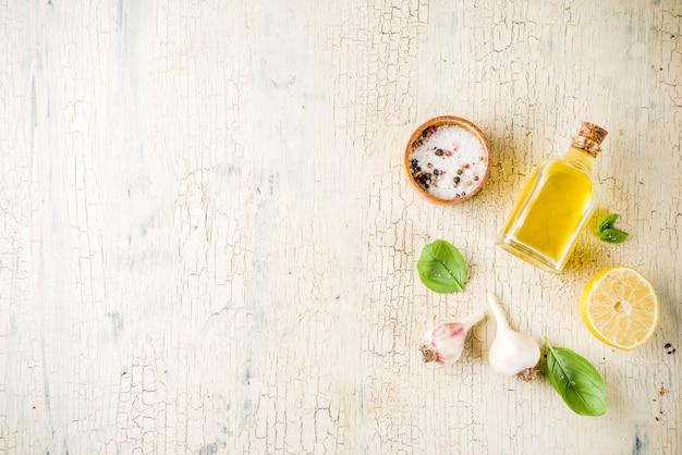 Hierbas frescas y especias y limón para cocinar. arriba, fondo de preparación de alimentos