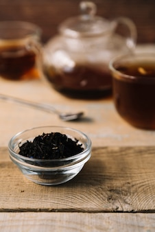 Hierbas de té negro con fondo borroso