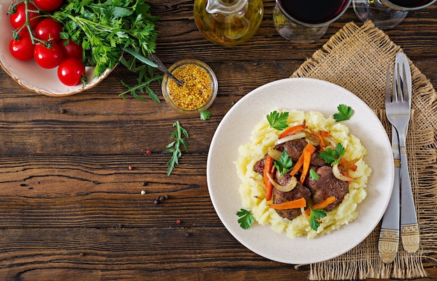 Hígado de pollo frito con verduras y guarnición de puré de papas. comida sana vista superior. lay flat