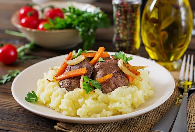 Hígado de pollo frito con verduras y guarnición de puré de papas. comida sana