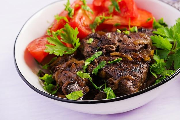 Hígado de res asado o a la parrilla con cebolla y ensalada de tomates