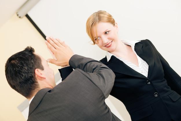 High five para el éxito en los negocios