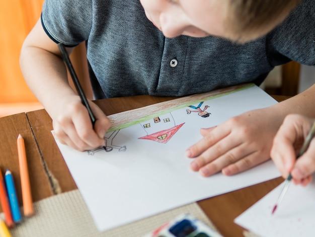 High view niño dibujando para su padre