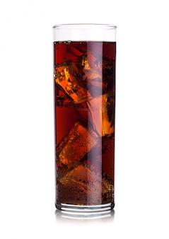 Highball vaso de refresco de cola bebida con cubitos de hielo con whisky y ron.