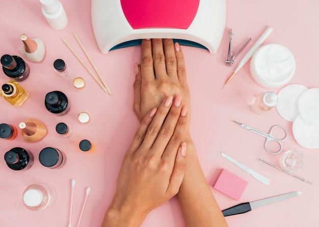 Higiene y cuidado de las uñas secando el esmalte