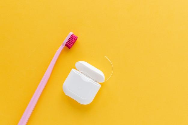 Higiene dental cepillo de dientes plano lay, vista superior, copyspace, amarillo