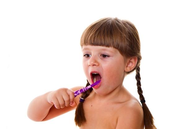 Higiene dental. niña feliz cepillándose los dientes