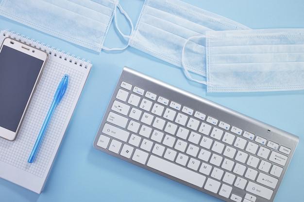 Higiene en la oficina. detener el coronavirus epidémico global. kit de trabajo remoto en el escritorio.