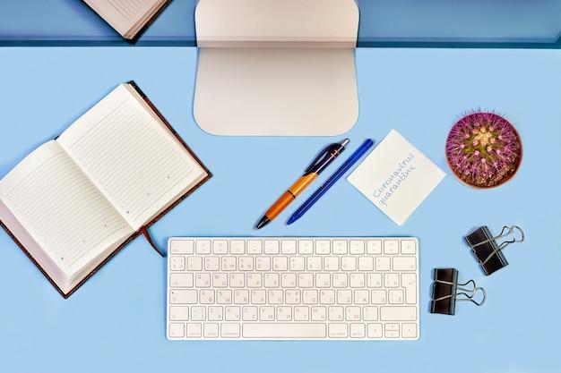 Higiene en la oficina. vista superior, escritorio de oficina cercano, escritorio con computadora. . trabajo a distancia o aprendizaje a distancia.