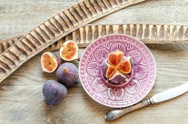 Higos maduros: sección transversal y frutas enteras.