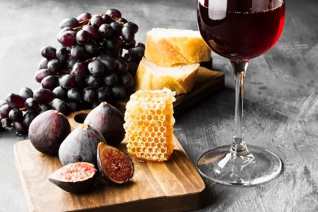 Higos, uvas, pan, miel y vino tinto.
