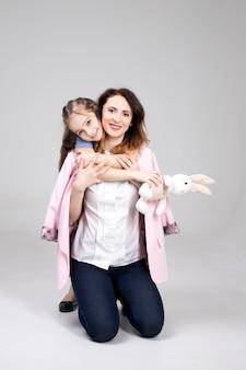 Hija abraza a mamá y se ríen juntas