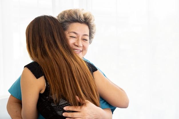 Hija abrazo anciana madre