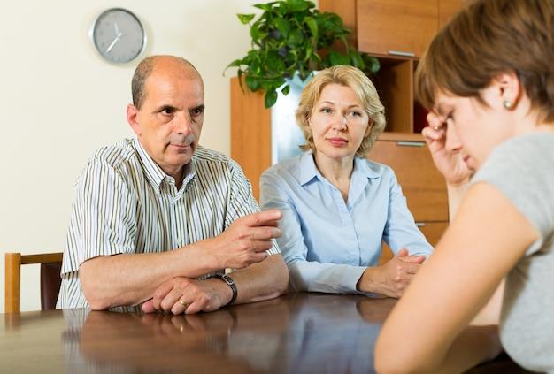 Hija adulta hablando con los padres