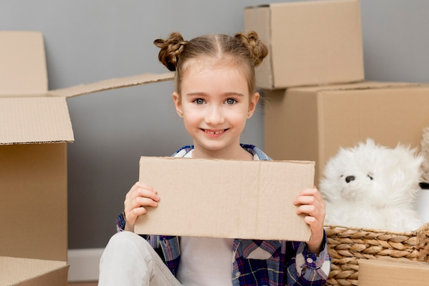 Hija ayudando con cajas de embalaje
