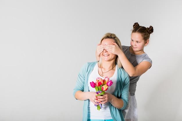 Hija cerrando los ojos de la madre