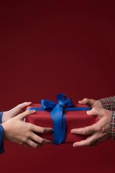 Hija dando un regalo a su padre