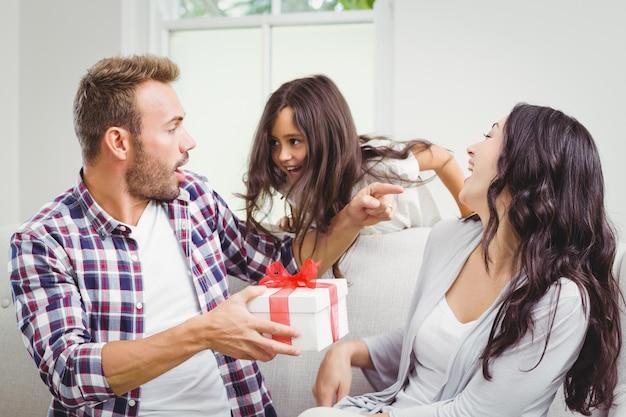 Hija dando un regalo a sus padres