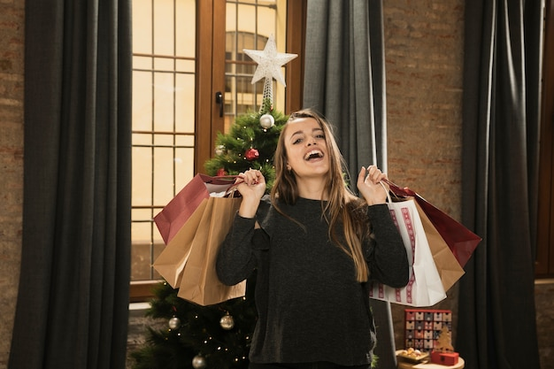 Hija feliz con bolsas de navidad