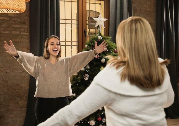 Hija feliz de ver a su madre en navidad
