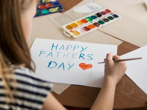 Hija haciendo un dibujo para su padre.