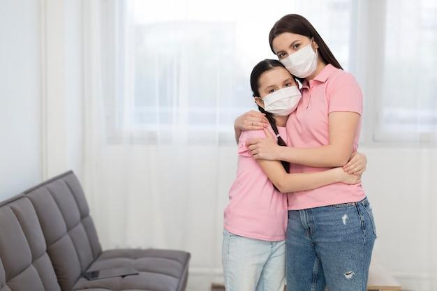 Hija y madre abrazando