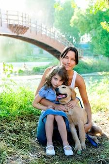 Hija y madre con golden retriever