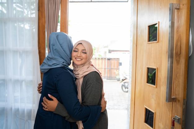 Hija y madre se saludan disculpándose