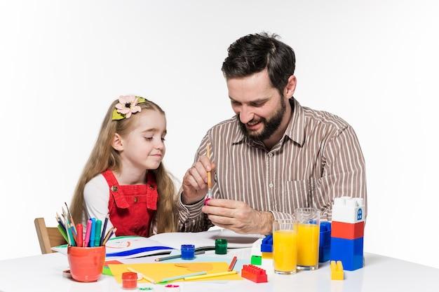 La hija y el padre dibujando juntos.