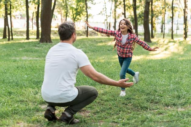 Hija y padre divirtiéndose en la hermosa naturaleza.