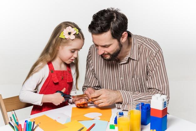 Hija y padre elaborando solicitudes en papel