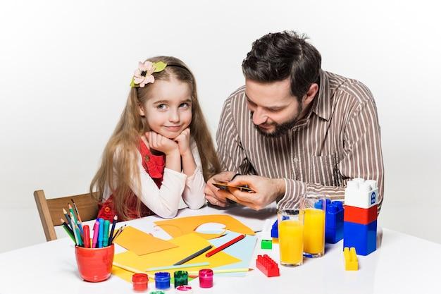 La hija y el padre elaborando solicitudes en papel.