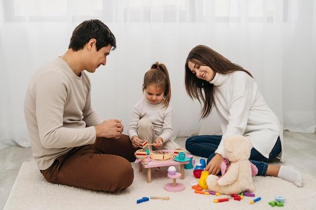 Hija y padres jugando juntos