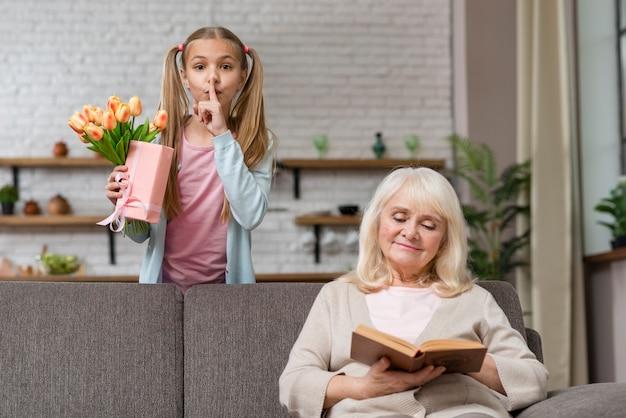 Hija pide silencio con el dedo en los labios