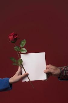 Hija que da la tarjeta de felicitación del día de padres del papá
