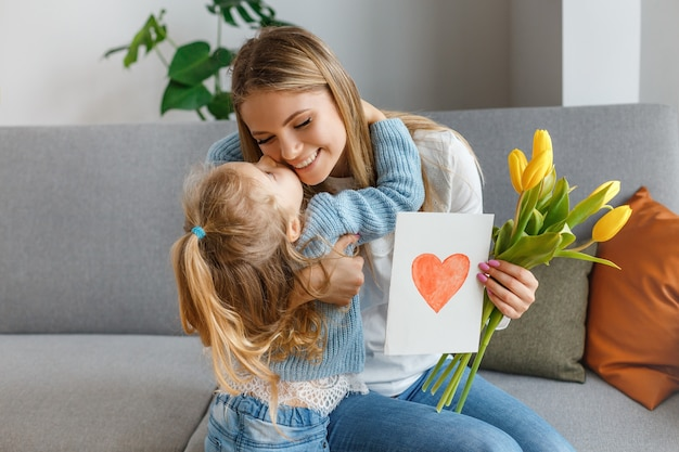 Hija con ramo de flores, postal felicita a mamá