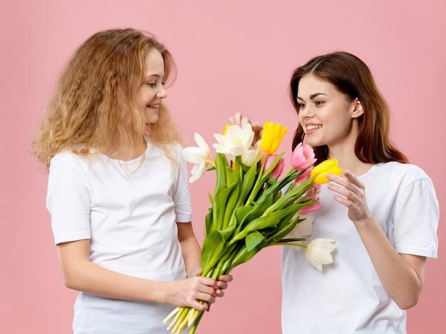 Hija regala un ramo de flores a su madre el día de la madre